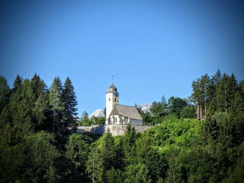 Die idyllisch an der alten Römerstraße gelegene Kirche von Coccau (dt. Goggau) bei Tarvis  (erbaut um 1100)