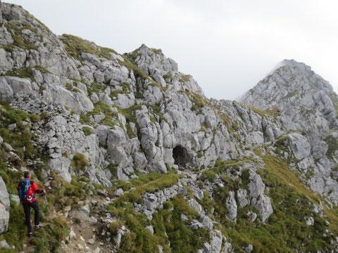 Der gesamte Gerirgsgrat ist übersäht von Höhlen, Unterständen, Kavernen und Schießscharten aus dem 1. Weltkrieg