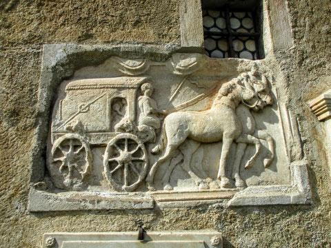 """Das berühmteste römische Relief Kärntens - die """"Postkutsche"""", eigentlich der """"Römische Seelenwagen"""", an der Fassade des Maria Saaler Domes"""