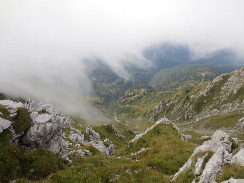 Blick über die grüne Südseite des Monte Zermula hinunter
