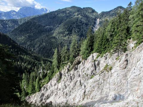 Tief eingeschnittene Gräben führen hinunter nach Slowenien - die Karawanken sind ein sehr schroffes Gebirge