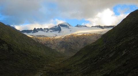 """Die letzten Sonnenstrahlen des Tages streichen sanft über die Gletscher der """"Tauernkönigin"""" --------  Blick von der Osnabrücker Hütte durch das Großelendtal auf die Hochalmspitze 3.360m"""
