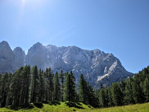 Der mächtige Bergstock des Prisank (Prisojnik) 2.547m von der Vršič-Passstrasse aus gesehen