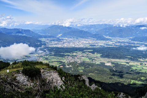 ...und in das Villacher Becken und der Stadt Villach, mit ca. 63.000 Einwohnern die zweitgrößte Stadt Kärntens - im Hintergrund unter den Wolken - die Nockberge