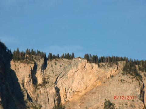 ...rotleuchtend die breiten Steilstellen in der Mitte, wo der Bergsturz 1348 niedergebrochen ist...