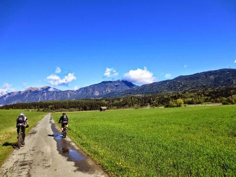 Noch ist es eine fröhliche Sonntagsspazierfahrt durch das idyllische, frühlingshafte Gailtal - was sich aber recht bald ändern wird...