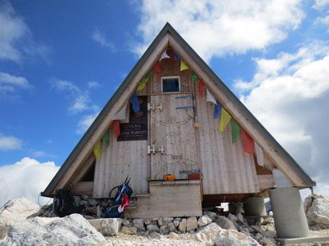 Das Bivaccio Luca Vuerich am Foronon del Buinz 2.531m; zu Ehren des italienischen Bergführers und Extrembergsteigers 2012 errichtet