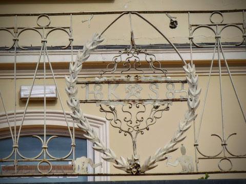 Am Balkongeländer sind noch heute die Initialien (K S) und Insignien (Bergwerkssymbol Schlägel und Eisen) von Kajetan Schnablegger ersichtlich