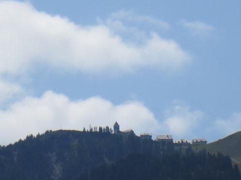 Kurz nach Tarvis grüßt die Wallfahrtskirche Maria Luschari freundlich ins Tal