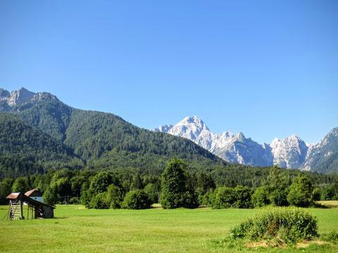 Herrliche bäuerliche Kulturlandschaft bei Rateče (Ratschach) in Slowenien - im Hintergrund der Mangart