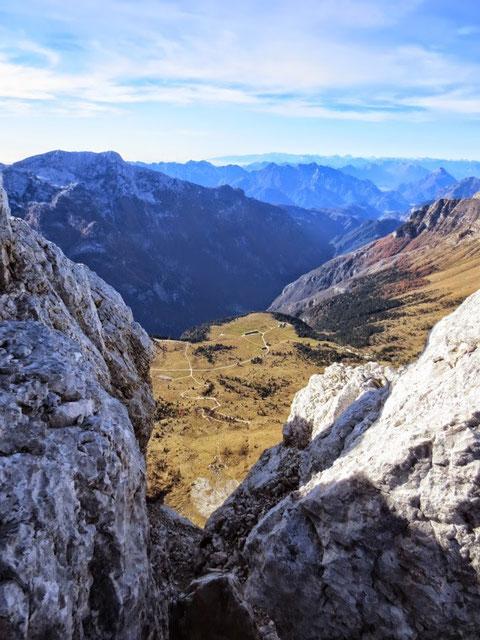 Herrlicher Blick hinunter zur Pecol-Alm und ins dunkle Raccolana-Tal und über die italienischen Alpen