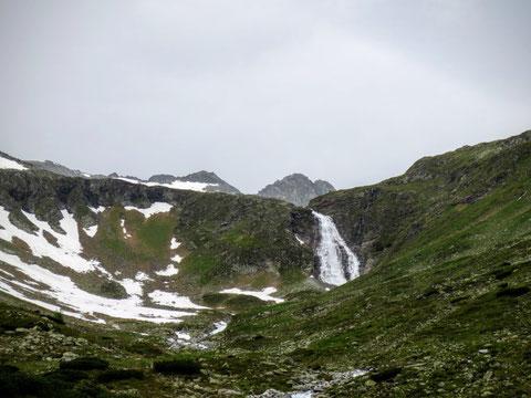 Der Fallbachwasserfall schießt das Schmelzwasser ins Tal