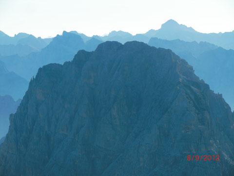 Der Gipfelaufbau des Wischberg vom Montasch aus gesehen - links im Hintergrund der Jalovec - rechts der Höchste, der Triglav