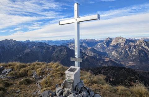 Am Gipfel des Monte Schenone - am Horizont die schneebedecketen Hohen Tauern mit dem Großglockner