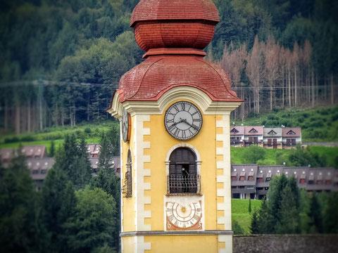 Der Kirchturm der 1399 erbauten Pfarrkirche in Tarvis