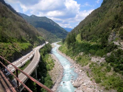 Blick von der Eisenbahnbrücke Ponte di Muro auf die der Adria zueilenden Fella