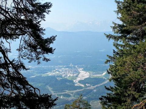Blick hinunter auf das Industriegelände von Arnoldstein mit dem breiten Flussbett der Gailitz und der Südautobahn nach Italien