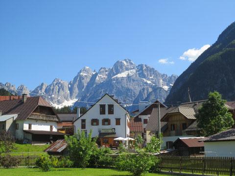 Der Radweg führt nach Wolfsbach (Valbruna), der Sommerfrische von Julius Kugy mit der atemberaubenden Kulisse des Wischberg im Hintergrund