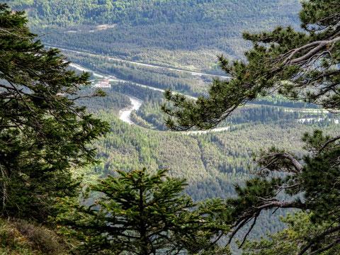 Spektakulärer Blick von der Dobratsch-Abbruchkante zur der sich durch das Bergsturzgebiet schlängelnden Gail mit dem Kraftwerk