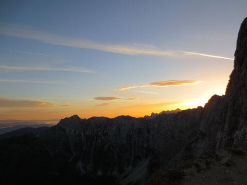 Das frühe Aufstehen wird mit einem herrlichen Sonnenaufgang über den Bergzinnen der Julischen Alpen belohnt