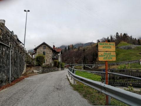 Straße in Pontebba, Steinhaus, Kanaltal