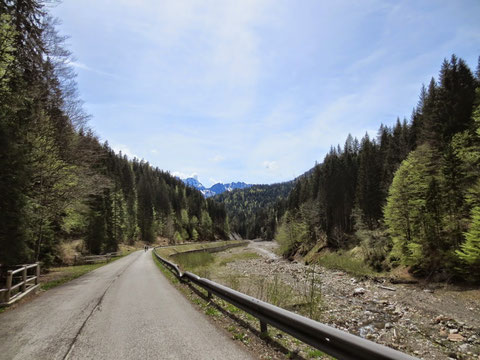 Rasante Abfahrt durch den Uggowitzer Graben (Valle di Ugoviza) bereits auf italienischer Seite