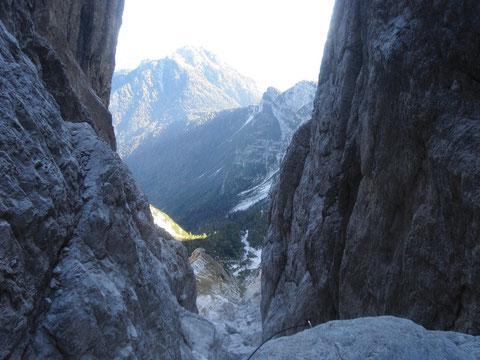 Blick durch die Nordostschlucht zum Steinernen Jäger (Cima del Cacciatore) 2.071m