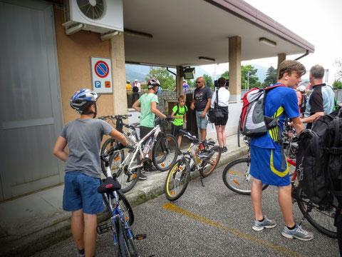 ...wo schon weitere Radfahrer auf die Rückfahrt mit dem eigens eingerichteten Radfahrzug Micotra warten...