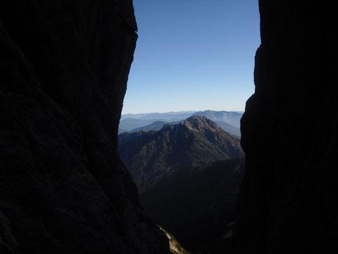 Blick durch die Nordostschlucht zum Steinernen Jäger mit Luschari, dahinter unser Kärntnerland