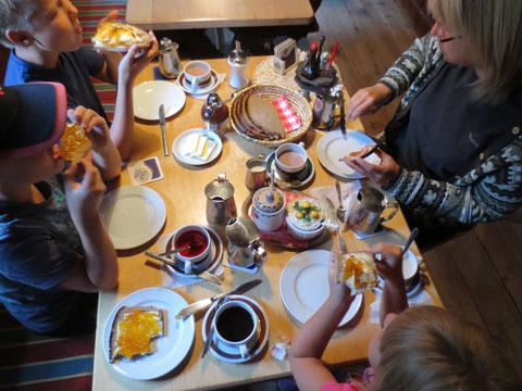 Am nächsten Morgen bereitete uns die wunderbare Hüttenwirtin Anneliese ein ausgiebiges Frühstück