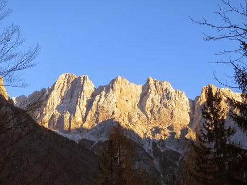 Die Scharlachwand im herbstlichen Abendlicht vom Vrsic-Pass aus gesehen