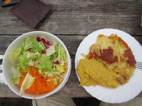 Frico (Carnische Spezialität aus Polenta mit in der Pfanne geschmolzenem Käse) mit Salat  Mmmmh!