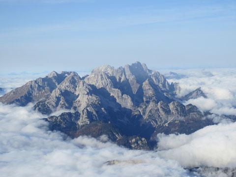 Die Wischberg-Montaschgruppe ragt wie eine Insel aus dem Nebelmeer