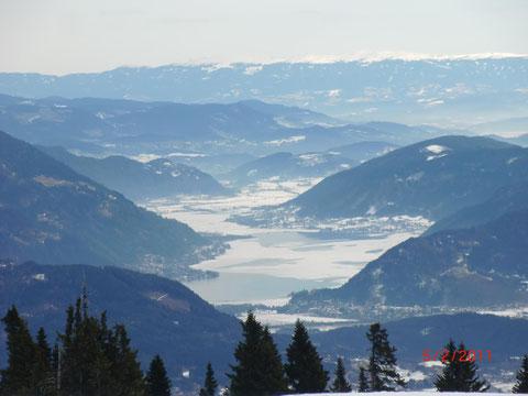 Blick hinunter zum halb zugefrorenen Ossiachersee