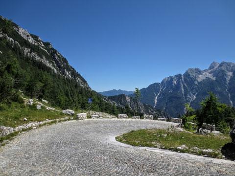 Sanft schmiegt sich die wunderbar angelegte Vršič-Passstraße durch die Hochgebirgslandschaft