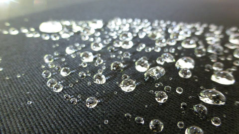Nach unserer Speziellen Reinigungstechnik für Cabriodächer und unserer Hauseigenen Versiegelung für Textilgewebe ist das das Ergebnis nachdem es mit Wasser in Berührung kommt!
