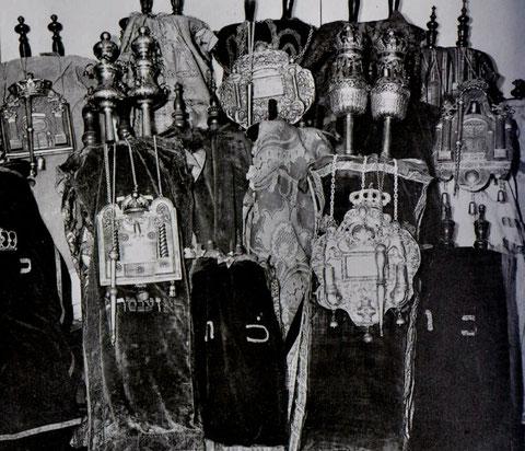 Blick in den früheren Hechinger Toraschrein (vor 1938). Leihgabe für das Heimatmuseum Hechingen, aus: Manuel Werner: Die Juden in Hechingen als religiöse Gemeinde, ZHG 20/1984, Tafel V