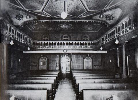 Blick von vorne Richtung Eingang und die Frauenempore mit Galerien der Synagoge Hechingen vor der Demolierung 1938. - Foto: www.foto-keidel.de, alle Rechte vorbehalten!