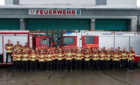 Mannschaftsfoto mit neuer Brandschutzjacke vom Dezember 2017