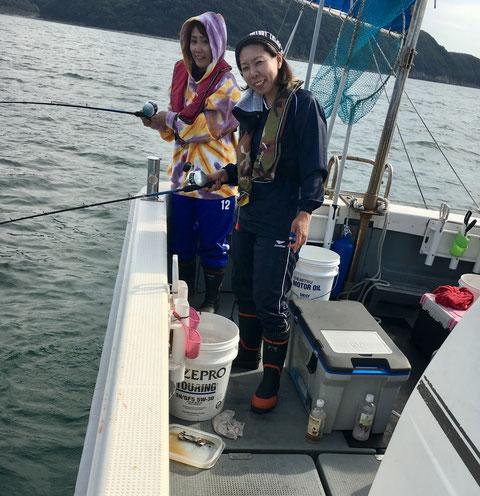 釣り女子!初釣り!初挑戦!頑張ったね(^^♪  船長の従妹とその友達(^^)/世話がいりました(≧◇≦)(笑)。