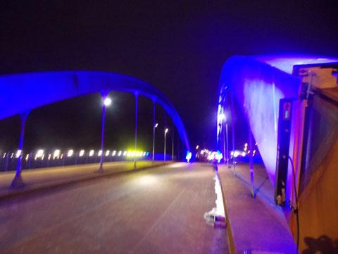 Schon als der Test das erstemal die Brücke im blauen Licht erscheinen ließ konnten diese Bilder gemacht werden.