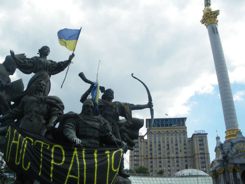 Maidan Juli 2014 Denkmal, Säule und Hotel Ukraina
