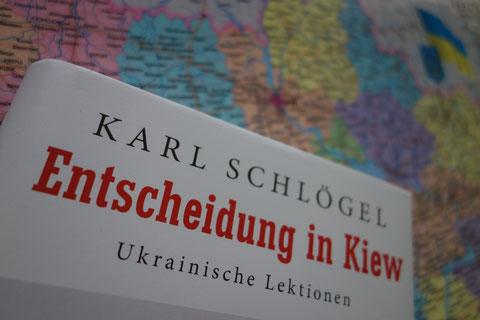 Buchcover Karl Schlögel: Entscheidung in Kiew. Ukrainische Lektionen. Im HIntergrund eine Karte der Ukraine.