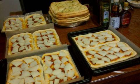あと1時間ほどで福島から総勢21人が到着します。厨房では夜ご飯に向けて着々と準備が。どれもこれも美味しそうなこと。