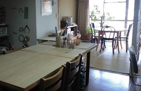 海風が吹き抜ける教室。シンプルな空間に手作りのテーブルがいい感じ。