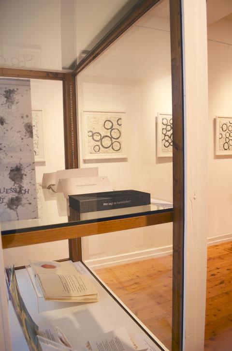 Künstlerbücher und Collagen von John Gerard in einer Ausstellung (2018)