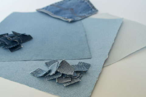 Handgeschöpftes Papier aus Jeans mit geschnittenen Textilien