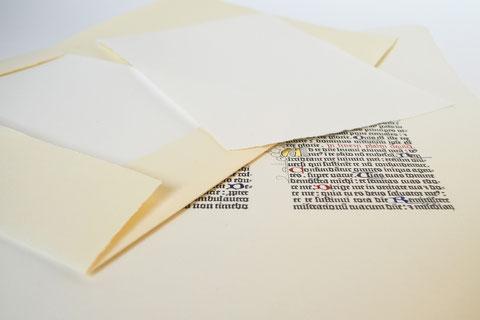 Mappe mit handgeschöpftem Papier und Bibelseite (Faksimile)