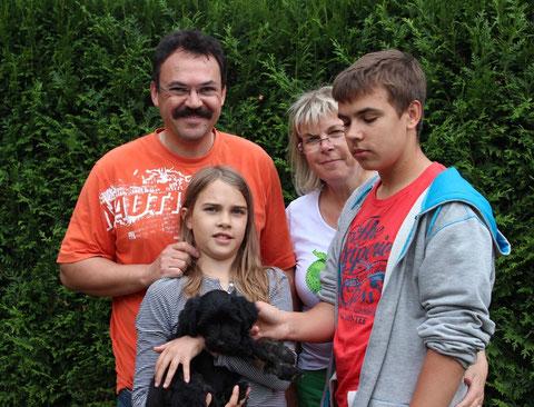 Monty lebt bei Jan und Julia und den Eltern in Titz
