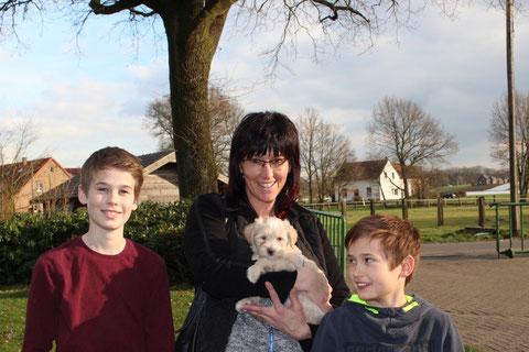 Janis, Robin und Martina Lax freuen sich auf ein Leben mit Jampa